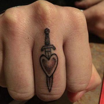 Tatouage doigt femme : 20+ idées de tatouages et sa signification 61