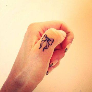 Tatouage doigt femme : 20+ idées de tatouages et sa signification 63