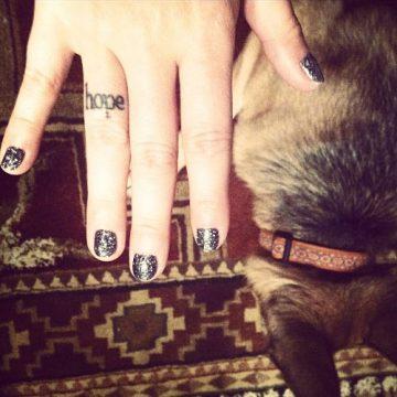 Tatouage doigt femme : 20+ idées de tatouages et sa signification 64