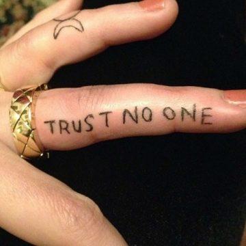 Tatouage doigt femme : 20+ idées de tatouages et sa signification 70