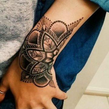 Tatouage mandala femme : 50+ idées de tatouages et leurs significations 117