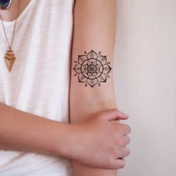 Tatouage mandala femme : 50+ idées de tatouages et leurs significations 116