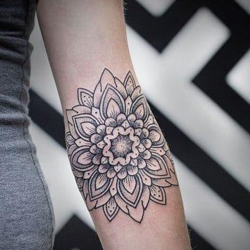 Tatouage mandala femme : 50+ idées de tatouages et leurs significations 190