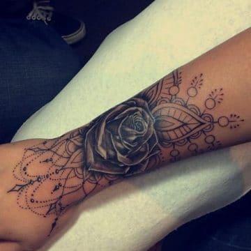 Tatouage mandala femme : 50+ idées de tatouages et leurs significations 111