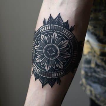 Tatouage mandala femme : 50+ idées de tatouages et leurs significations 159