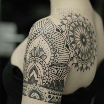 Tatouage mandala femme : 50+ idées de tatouages et leurs significations 156