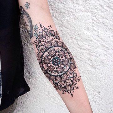 Tatouage mandala femme : 50+ idées de tatouages et leurs significations 149