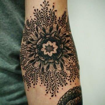 Tatouage mandala femme : 50+ idées de tatouages et leurs significations 145