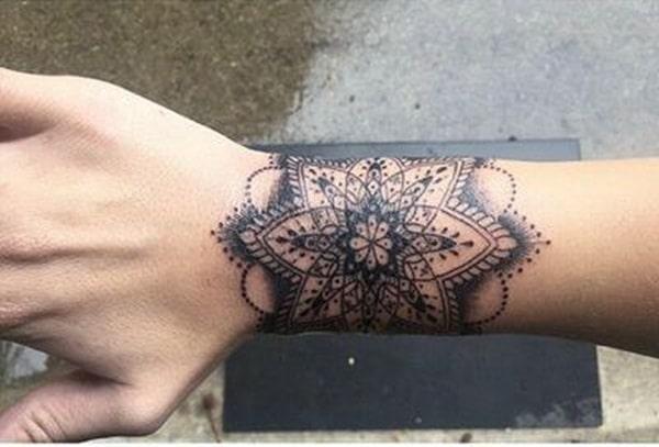 Tatouage mandala femme : 50+ idées de tatouages et leurs significations 1