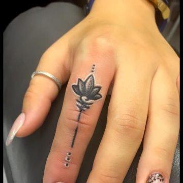 Tatouage doigt femme : 20+ idées de tatouages et sa signification 74