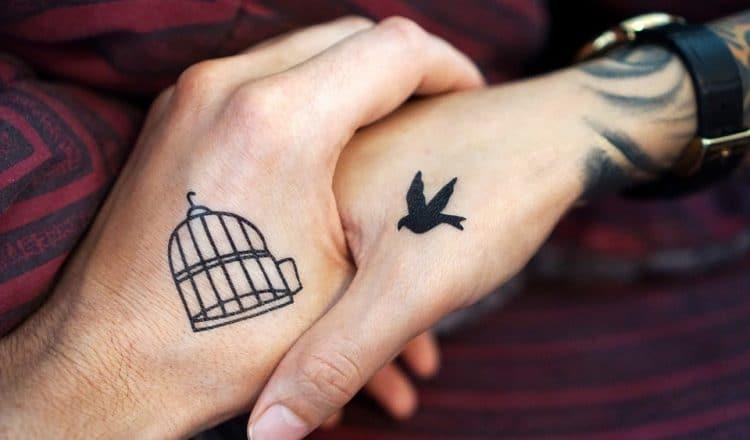 Tatouage main femme : 30+ idées de tatouages et leurs significations 1