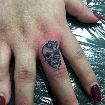Tatouage doigt femme : 20+ idées de tatouages et sa signification 80