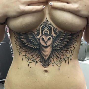 Tatouage poitrine femme : 96+ idées de tatouages et leurs significations 5