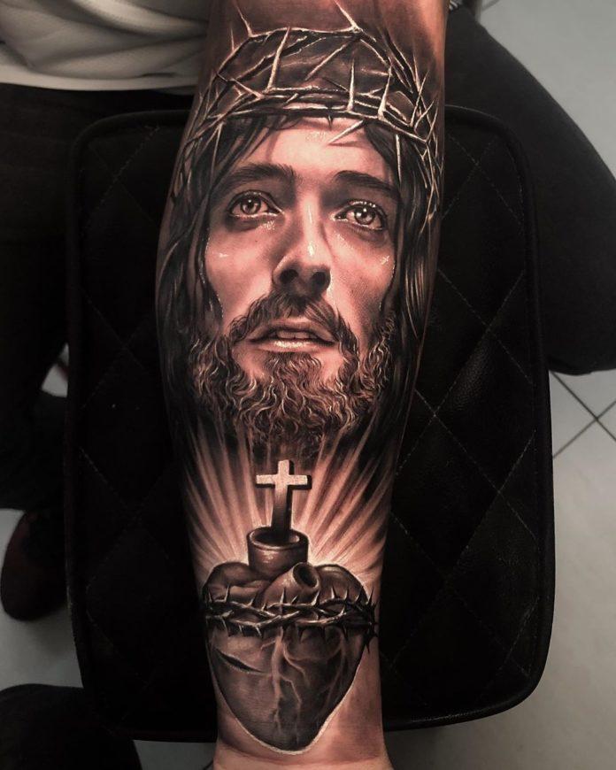 11 2 à 40 tatouages croisés pour hommes