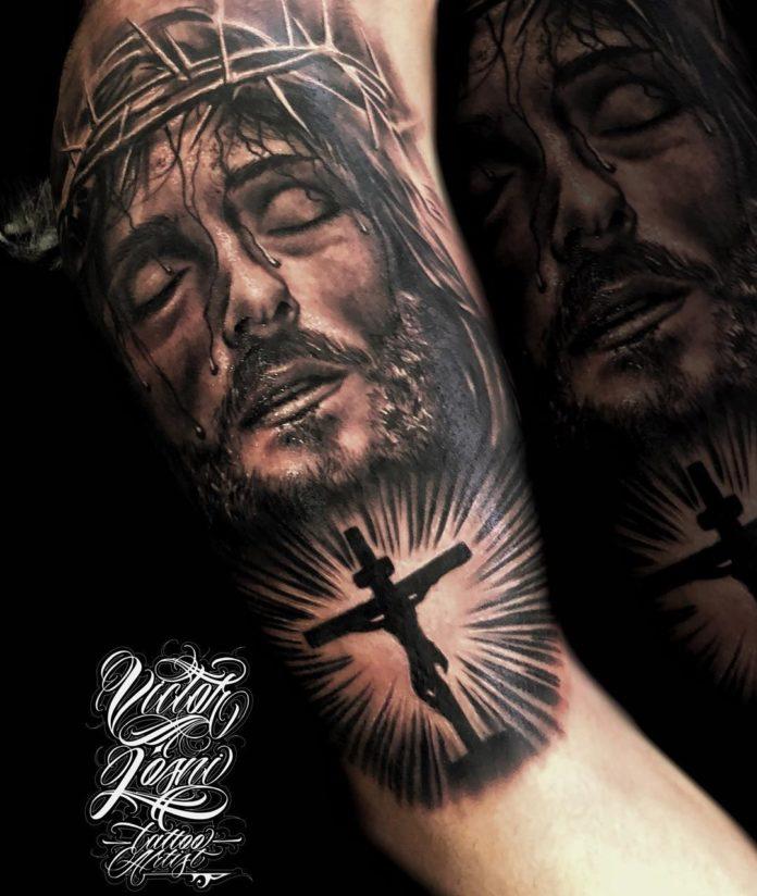 Tatouage croisé pour homme