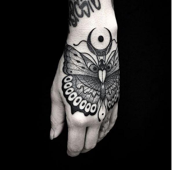 Tatouage à la main papillon noir