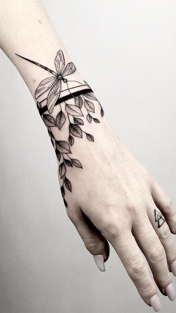 Ornement de Blackwork et tatouage au poignet de libellule