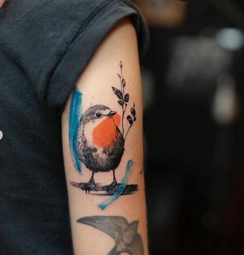 Coups de pinceau et tatouage de bras d'oiseau
