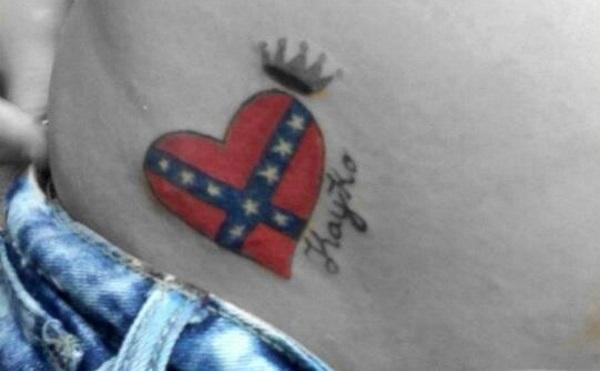 Cœur de drapeau confédéré et tatouage de couronne