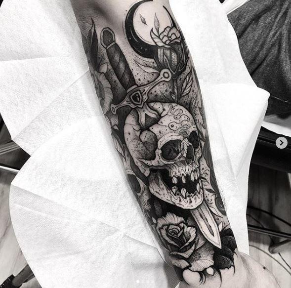Tatouage poignard crâne percé bras