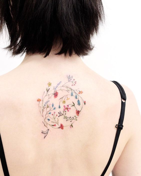 Tatouage botanique délicat au dos