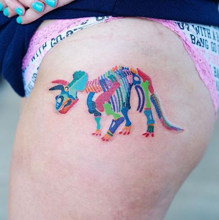 Tatouage de cuisse de squelette de dinosaure