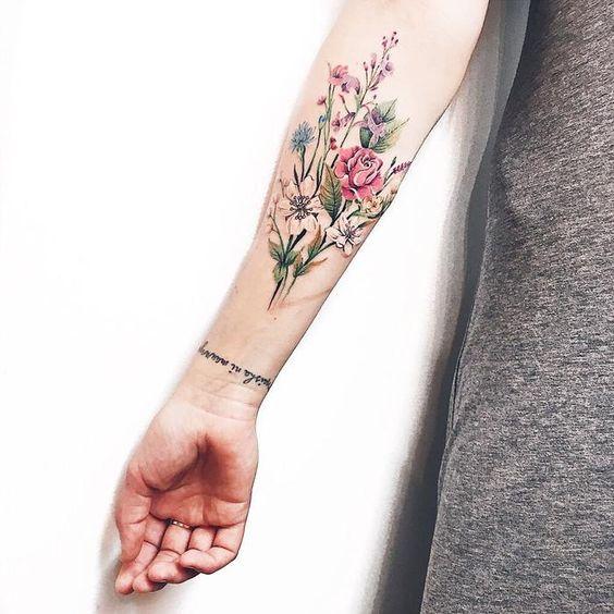 Bouquet floral avant-bras tatouage