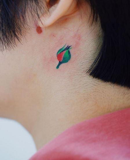 Tatouage floral derrière l'oreille