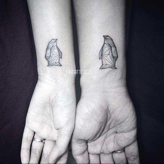 Tatouages de poignet de pingouins géométriques