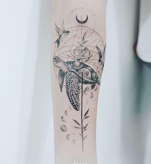 Tatouage de bras de tortue géométrique