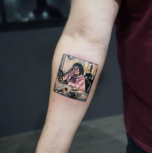 Fille avec des pêches tatouage sous les bras
