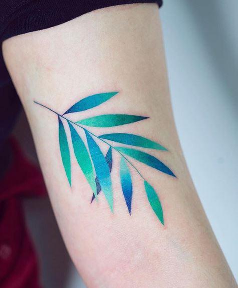 Dégradé feuilles bras tatouage