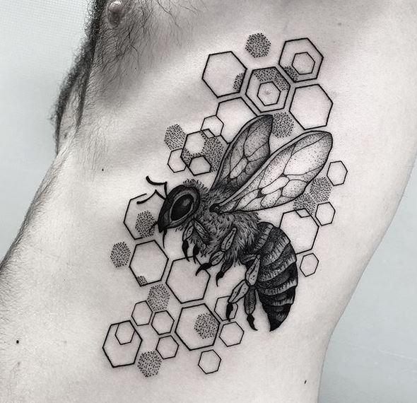 Tatouage côté nid d'abeille et abeille