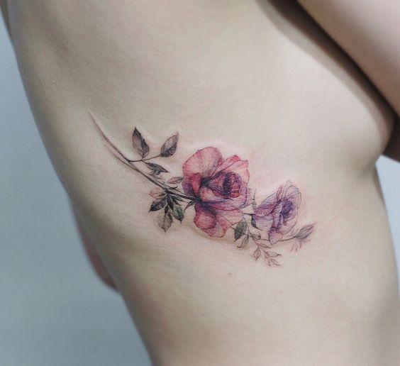 Tatouage latéral floral complexe