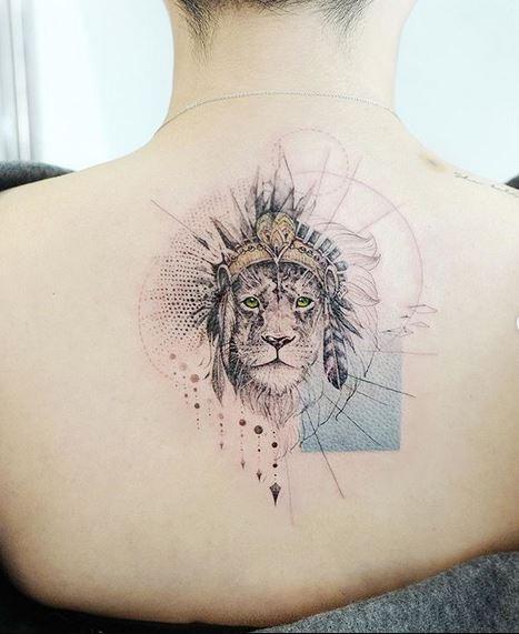 Roi de la jungle dos tatouage