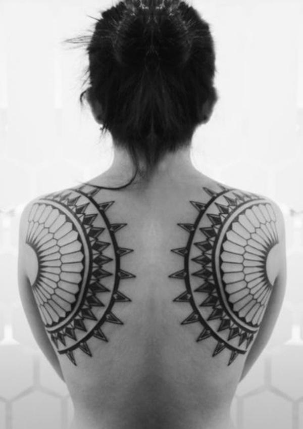 Tatouages au dos attrayants pour femmes