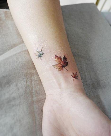 Tatouage de poignet de feuilles d'érable