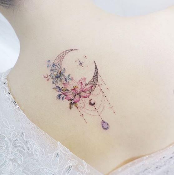 Tatouage dos fleur de lune