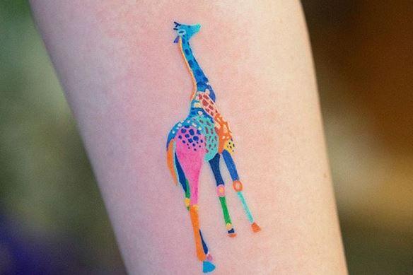 Tatouage de jambe de girafe néon