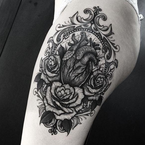 Tatouage cuisse coeur décoratif
