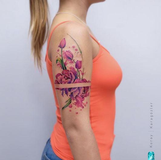 Tatouage bras pivoine et tulipe
