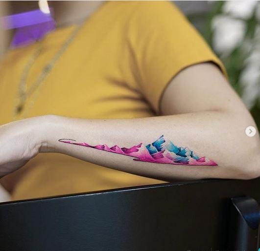 Tatouage de bras de montagnes roses et bleues