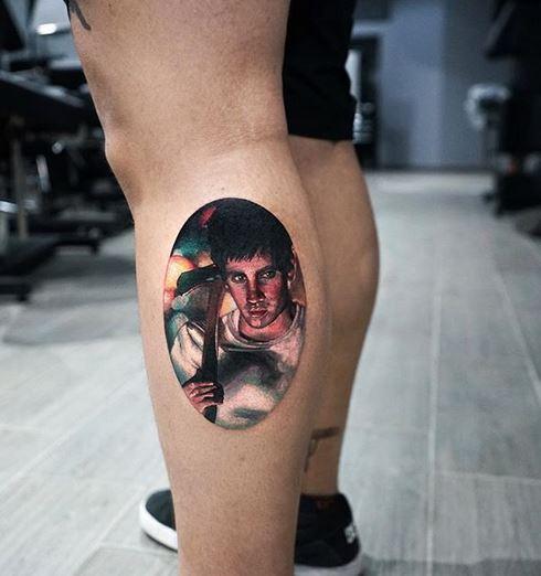 Tatouage de jambe psycho portrait