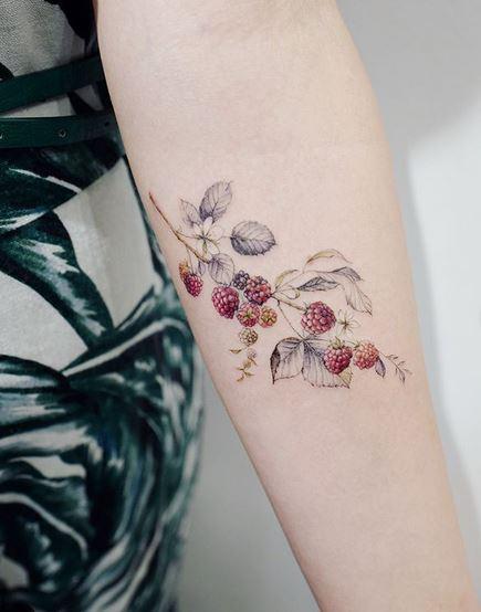 Tatouage avant-bras framboise