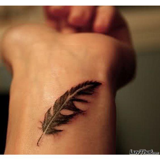 Tatouage de poignet plume réaliste