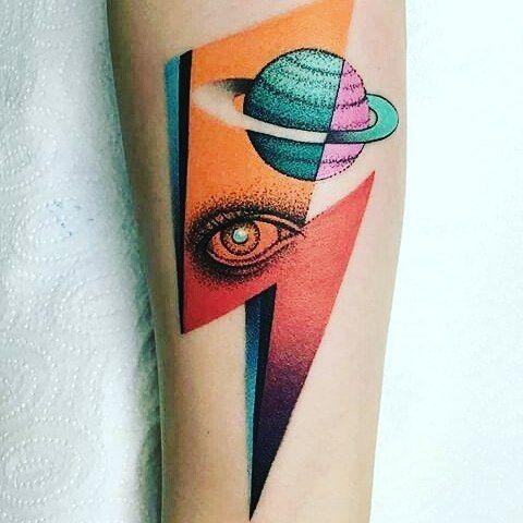 Tatouage Technicolor sur le thème de Saturne