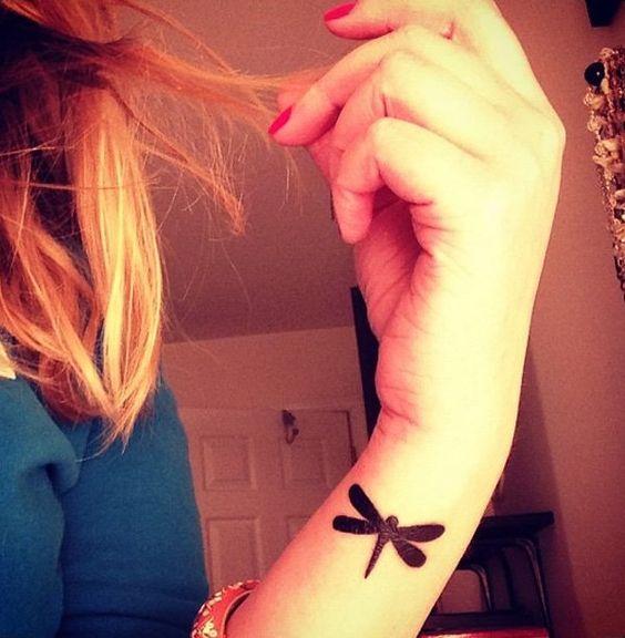 Tatouage au poignet libellule noir uni