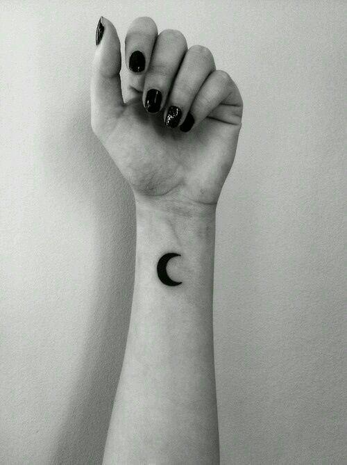 Tatouage au poignet quart de lune noir solide