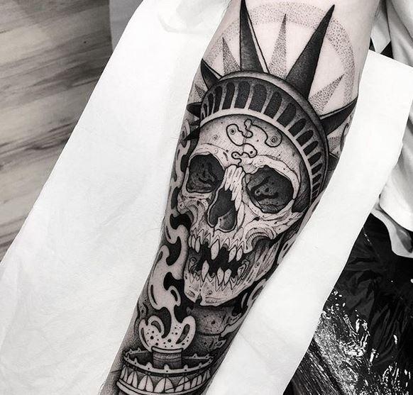 Statue de la liberté crâne tatouage avant-bras