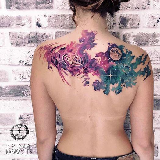 Beau tatouage dos galaxie